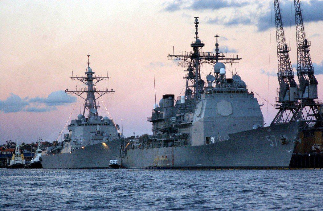 美軍現役兩型主力神盾艦:提康德洛加級巡洋艦(右)、勃克級驅逐艦(左),雖然分屬巡...