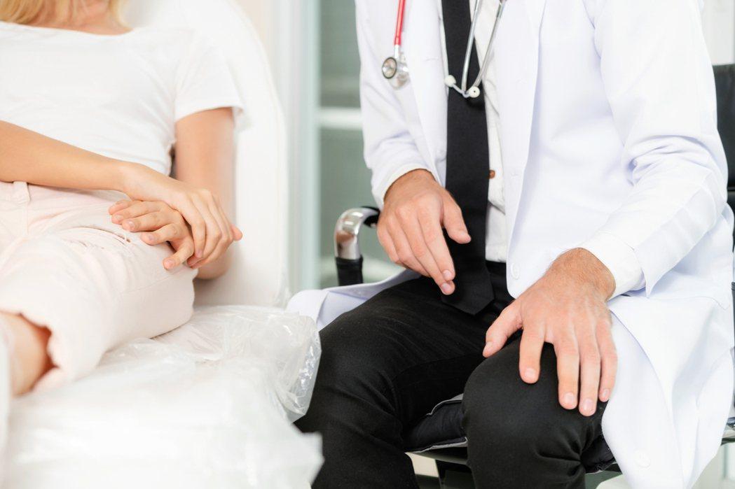 江坤俊醫師常在臉書貼文分享和患者的對話。示意圖。圖片來源/ingimage