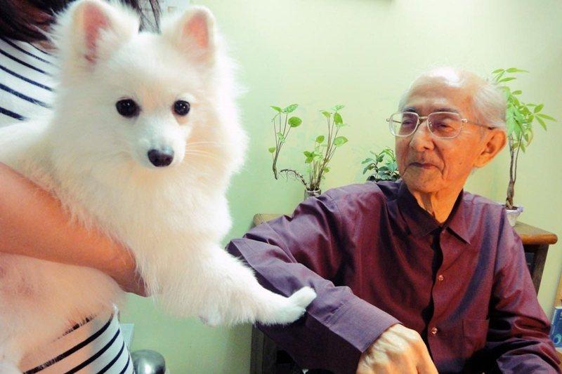 公視「文學Face & Book」節目找來狗演員飾演斯諾,與林良合拍《我是一隻狐狸狗》。 圖/openbook、林瑋提供