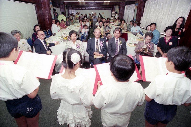 1993年,兒童文學作家林良70歲生日,文學界友人為這位大家心目中永遠的小太陽舉行慶生會。 圖/聯合報系資料照