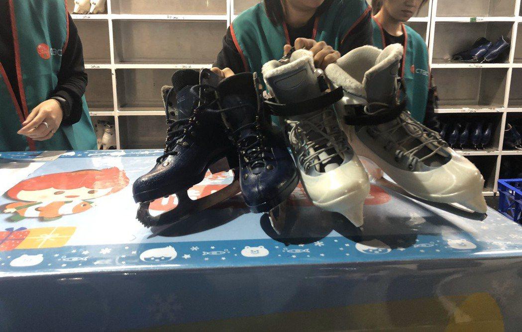 租借櫃檯旁邊有量鞋子尺寸的板子,量好告知工作人員鞋號即可。