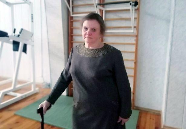 女子加琳娜·德米特里耶娃(Galina Dmitriyeva)因救護車車門未鎖好,送醫途中被甩飛出車外。圖擷自「英國鏡報」(Mirror)