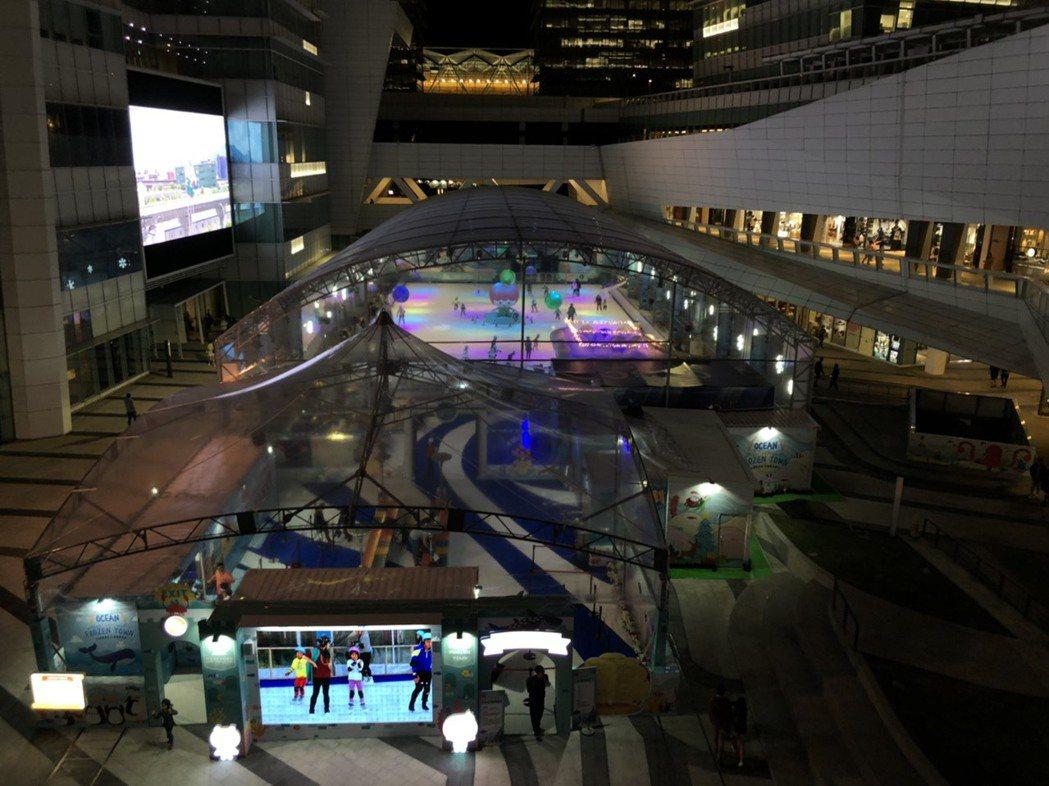 南港中信戶外滑冰場全景。