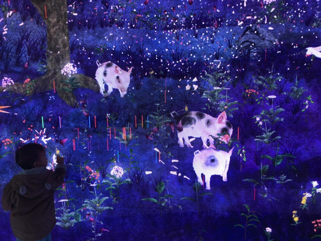 園區內LED互動牆還與豬年應景。