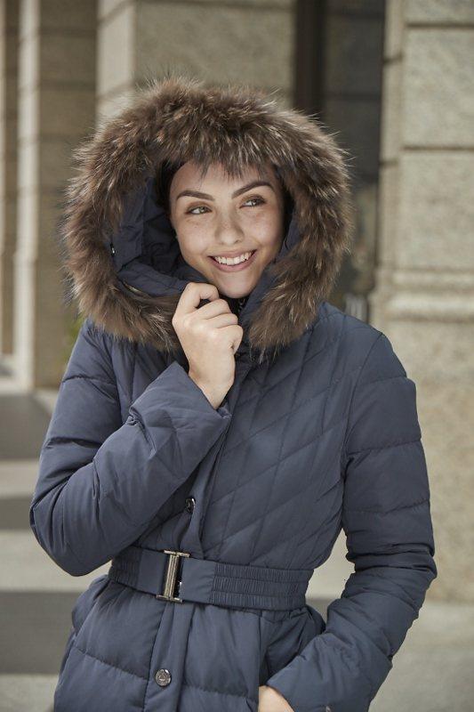 歐都納時尚羽絨外套,長版修身剪裁搭配腰封變化設計,吸睛度加倍。 業者/提供