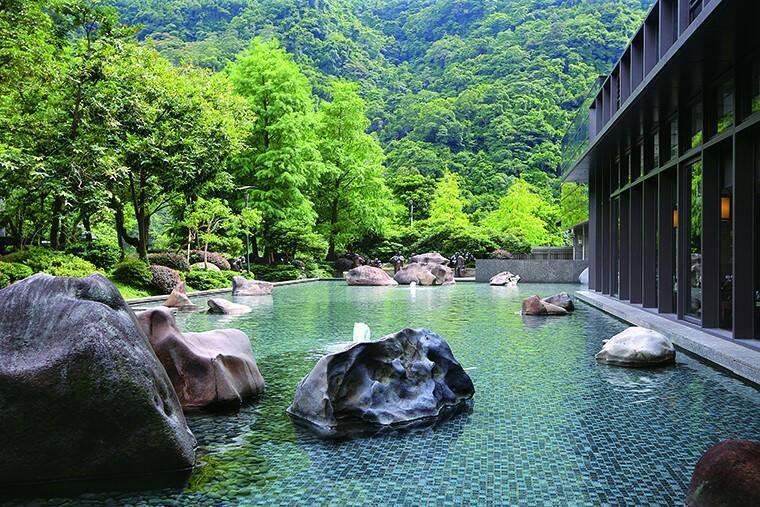 大板根酒店前寬廣的造景水池,與滿山的綠意。 業者/提供