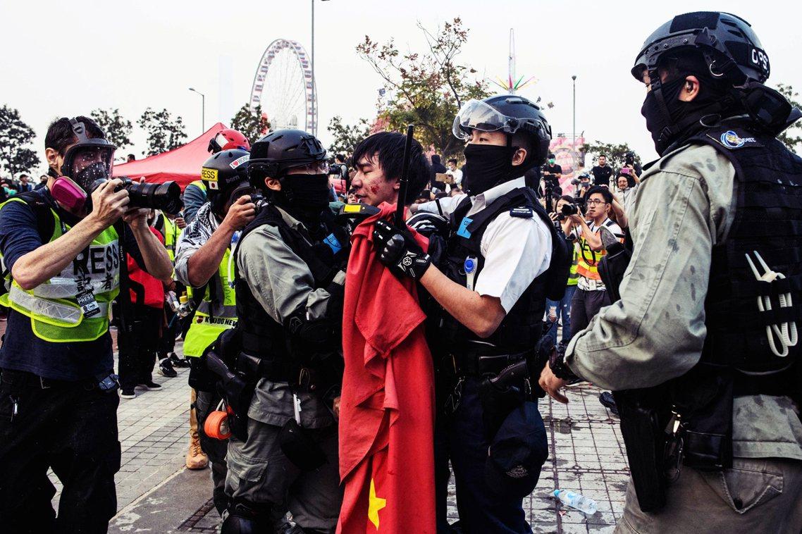 是日的衝突高峰,是發生在下午5點30分左右,一名年輕的男性示威者試圖拆下廣場上的...
