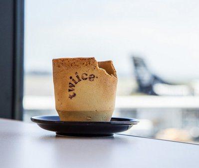 紐西蘭航空推出可以食用的香草餅乾咖啡杯。 圖/紐西蘭航空提供