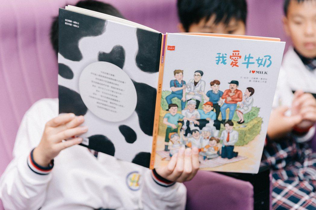 學童養成喝牛奶的習慣與身高發展息息相關。 圖/賴柏辰攝影