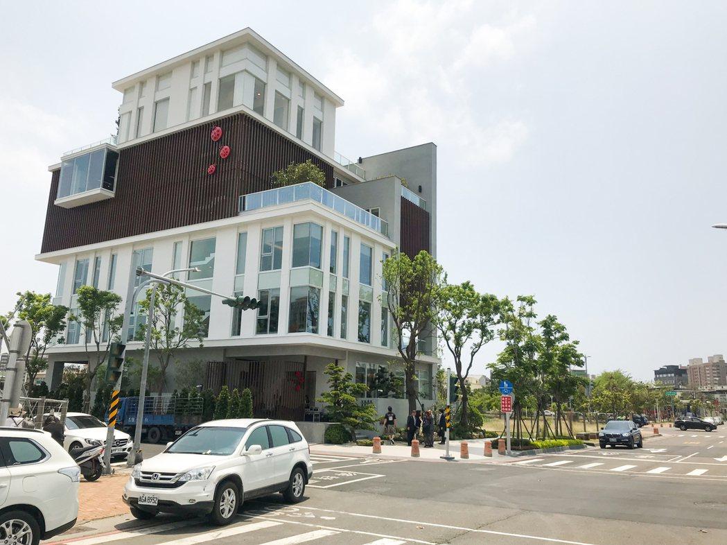 全誠建設位於中都重劃區的企業總部,獲108年高雄厝綠建築大獎。 攝影/張世雅