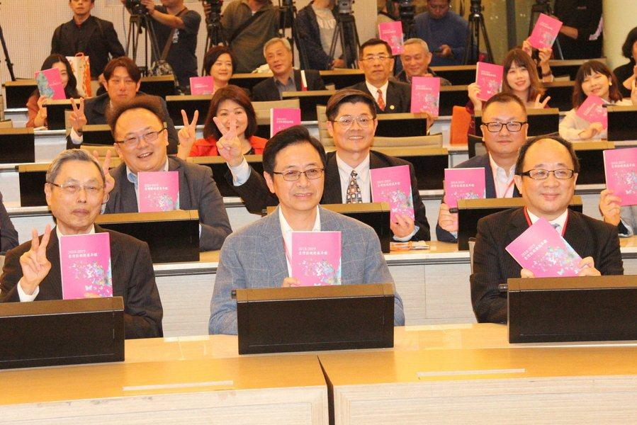 前行政院長張善政(中)說,上網追劇已是許多人生活不可或缺的娛樂,但台灣的內容放上