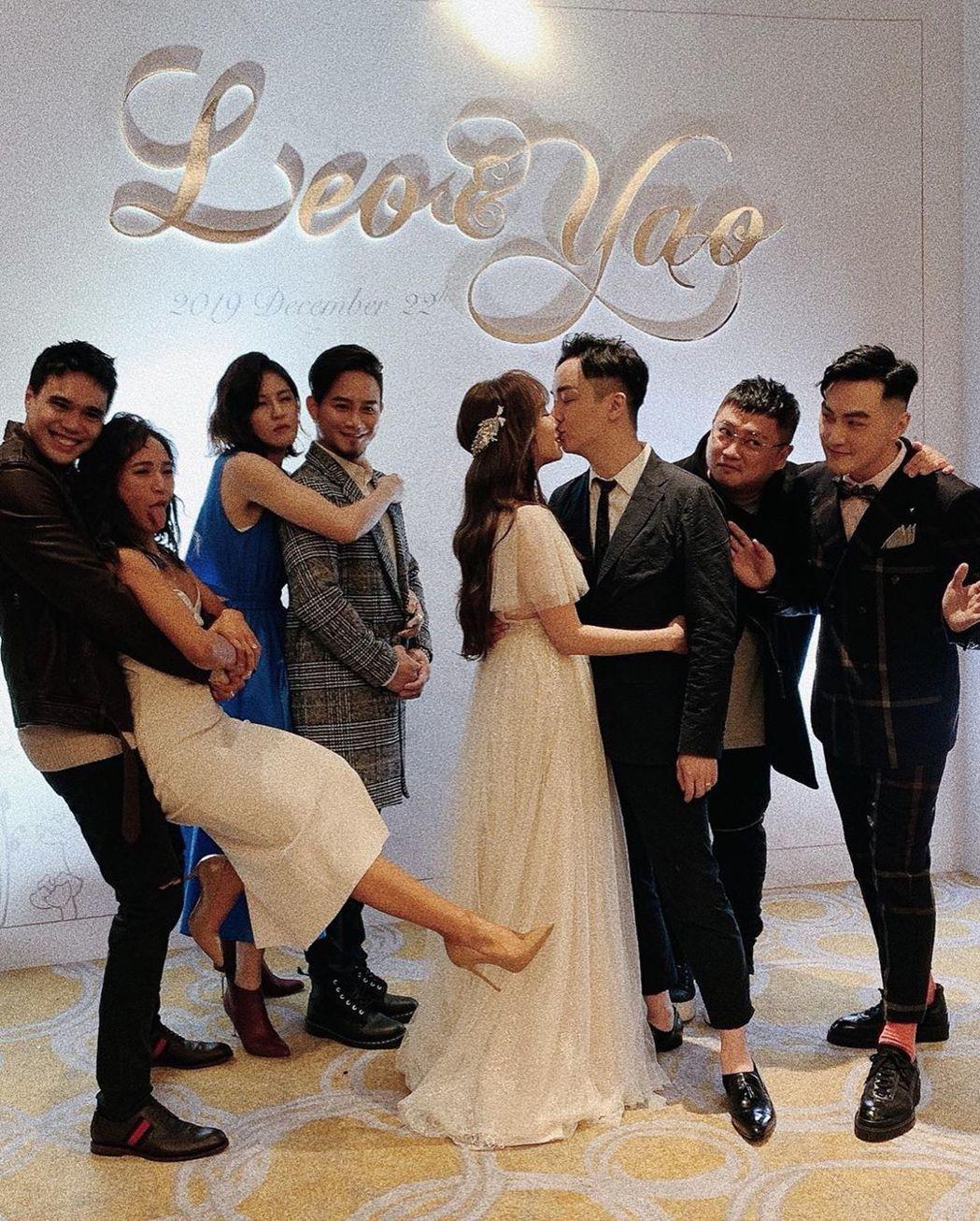 林佩瑤(左五)跟老公武俊傑甜蜜激吻,好友丁一凡(右起)、左光平、吳忠明、曾沛慈很...