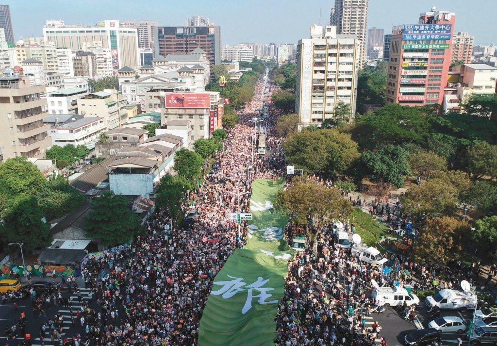 罷韓Wecare台灣大遊行昨在高雄登場,主辦單位宣布五十萬人參與。 記者林澔一/...