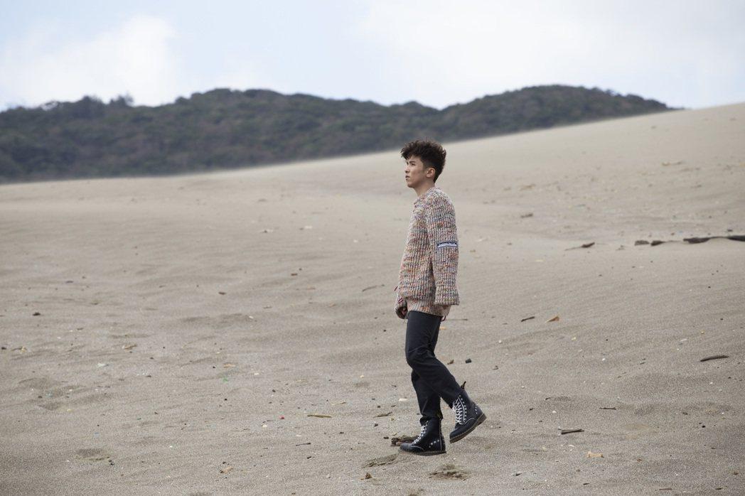 小宇拍攝MV時遇到強風襲擊,口中不斷進沙。圖/華納提供