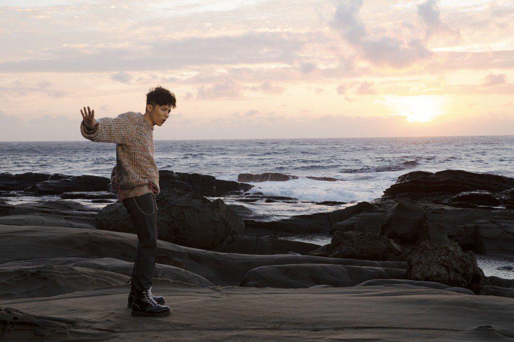 小宇前往墾丁拍攝新歌「默念你」MV。圖/華納提供