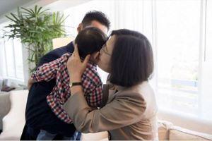 韓國瑜抱嬰該死?<u>羅智強</u>貼照:蔡英文親小孩就好棒棒?