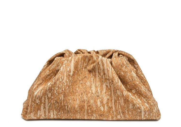 The Pouch軟木面料包材質紋路近看很像花生糖,61,500元。圖/BOTT...