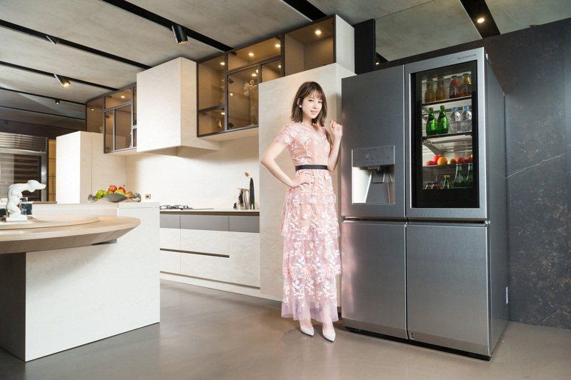 時尚媽咪Melody也對LG SIGNATURE系列非常驚艷,特別是敲敲看門中門冰箱,讓她在廚房也能隨時保持優雅。記者陳立凱/攝影
