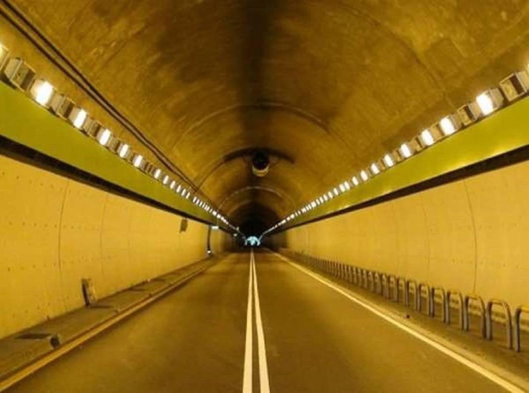 北市繼9月實施自強隧道區間測速,警方今天再公告明年元旦起,辛亥隧道也跟進實施區間...