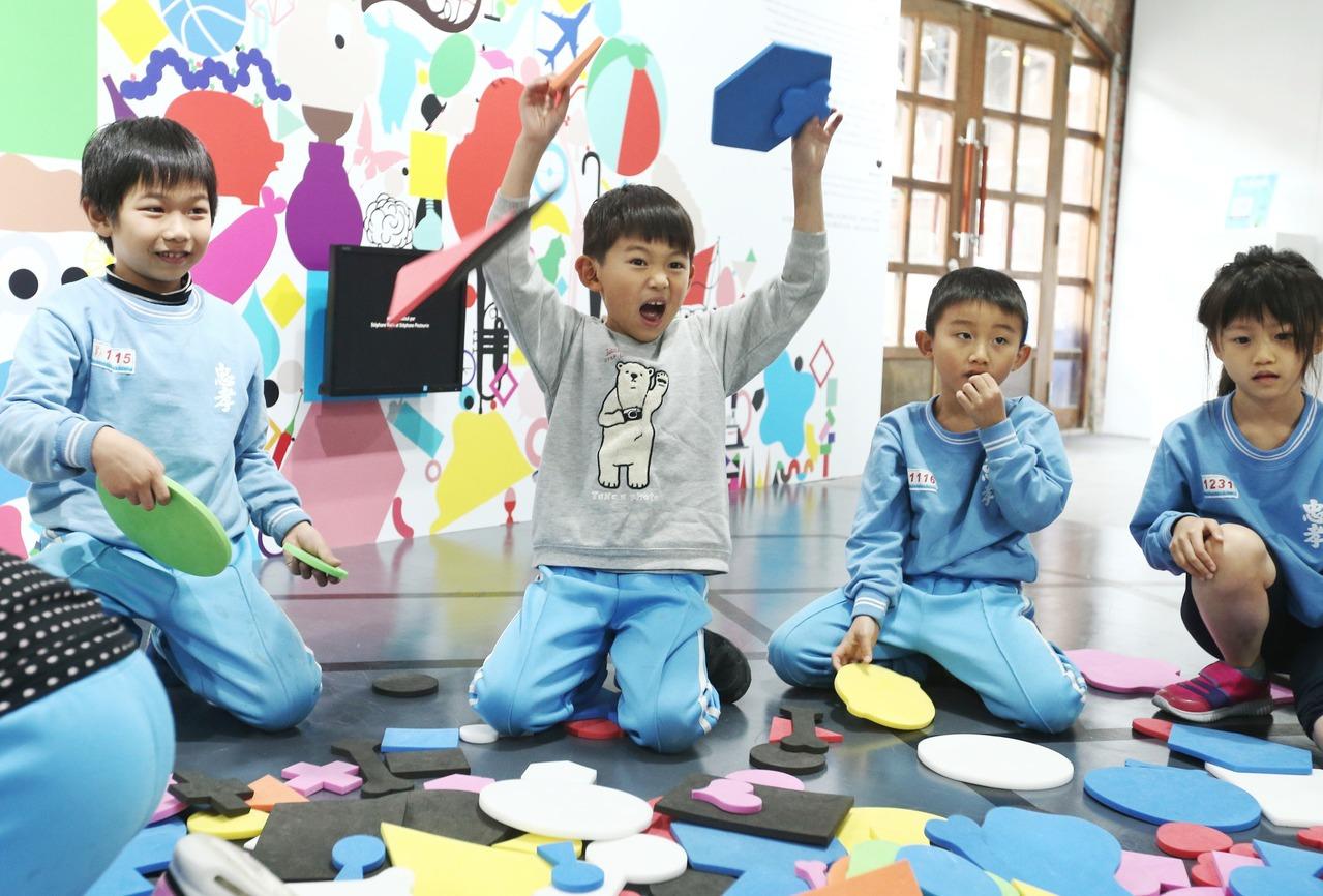 龐畢度兒童藝術工作坊,開幕搶先體驗活動,邀請到忠孝國小學童一起同樂。 記者曾原信...