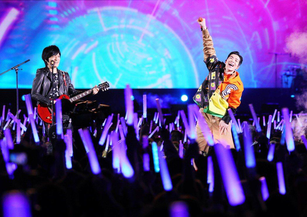嘉賓蕭敬騰(右)與怪獸在台上賣力演出。圖/相信音樂提供