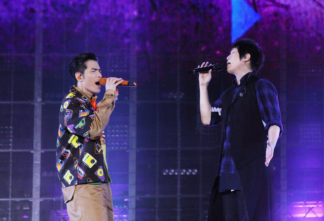 阿信(右)跟蕭敬騰飆唱「軋車」。圖/相信音樂提供