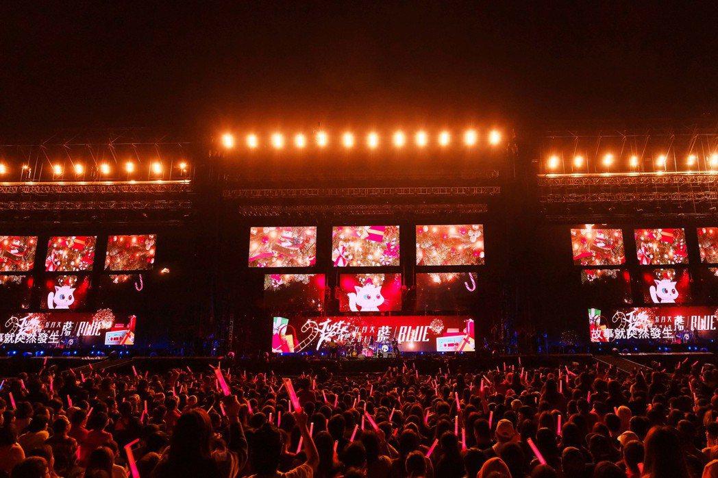五月天在平安夜開唱,現場視訊滿滿的聖誕味。圖/相信音樂提供