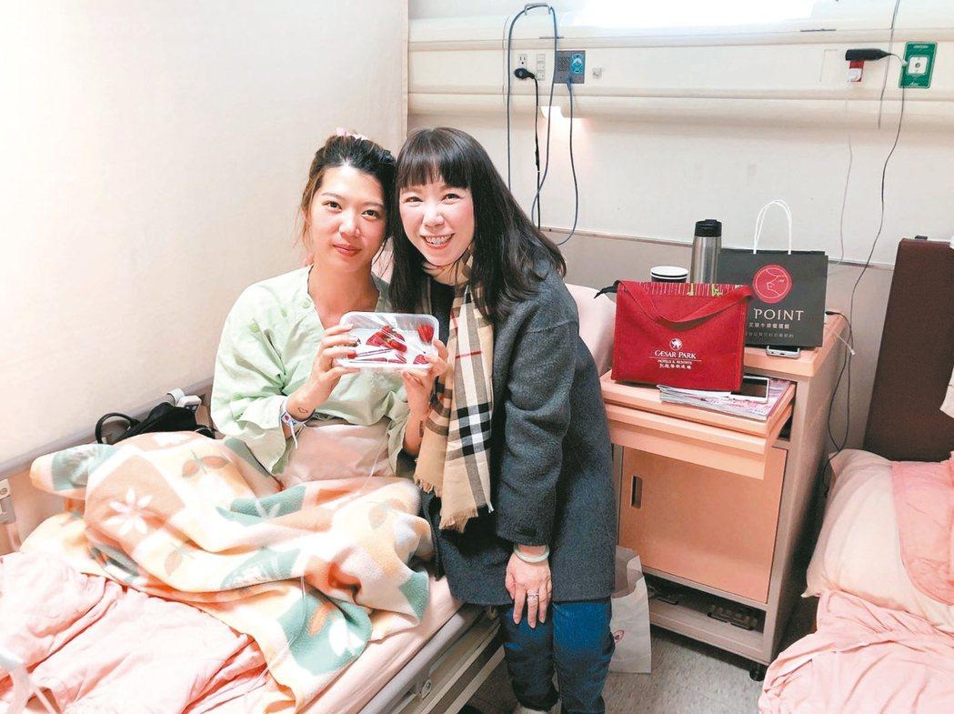林燕華(右)真誠、用心、發自內心關心保戶,只要聽到保戶生病,她一定會去探望。 林...