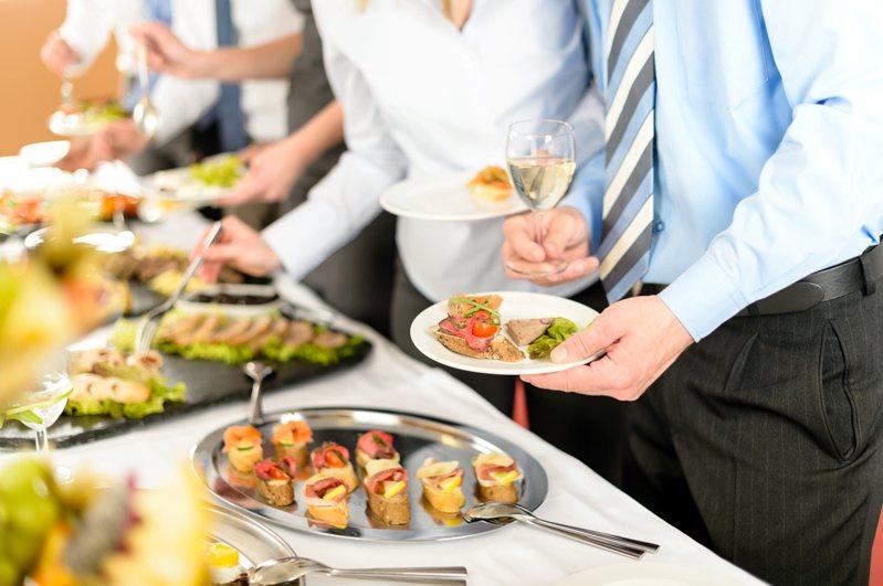 美國人力資源管理協會執行長泰勒表示,不參加聚餐,可能會讓你的上司認為你不願意成為公司的一份子,而錯失升遷機會。 圖/ingimage