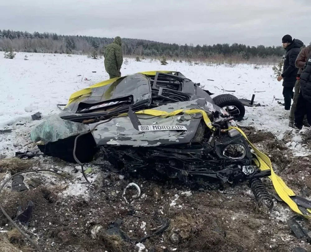 莫洛茲宣稱不滿車子一直故障,聘請直升機將車從高空摔毀。圖擷自Kolesa