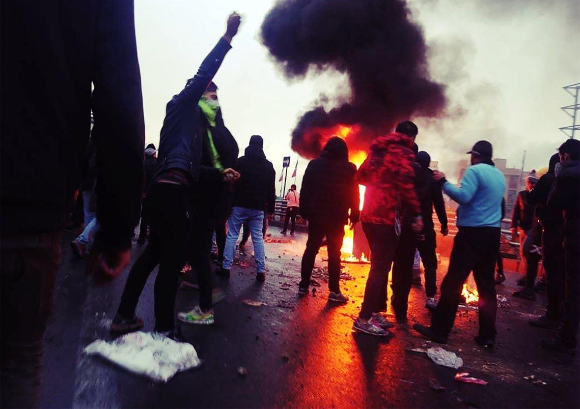 「只要失去了恐懼,這個政權的統治基礎就將不復存在!」圖為11月中旬,德黑蘭示威者...
