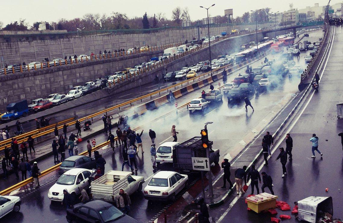 圖為11月16日,德黑蘭示威者阻擾交通,以抗議油價上漲。 圖/路透社