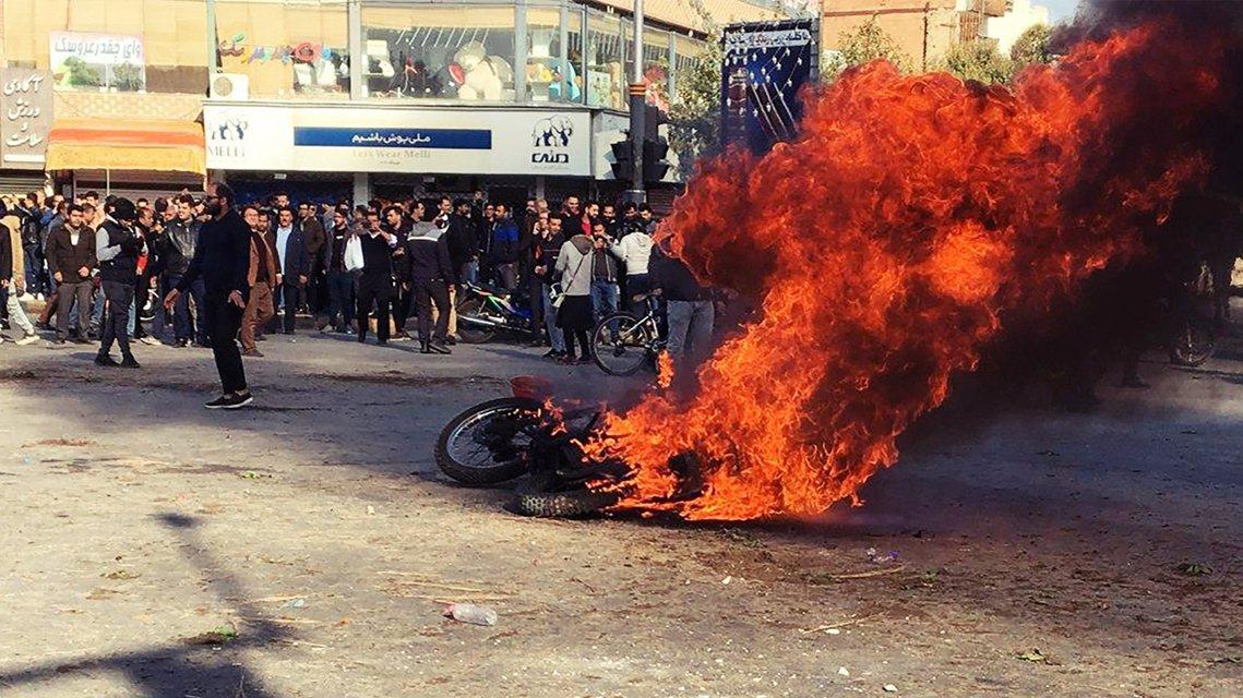 圖為12月5日,伊朗示威者縱火抗議。 圖/法新社