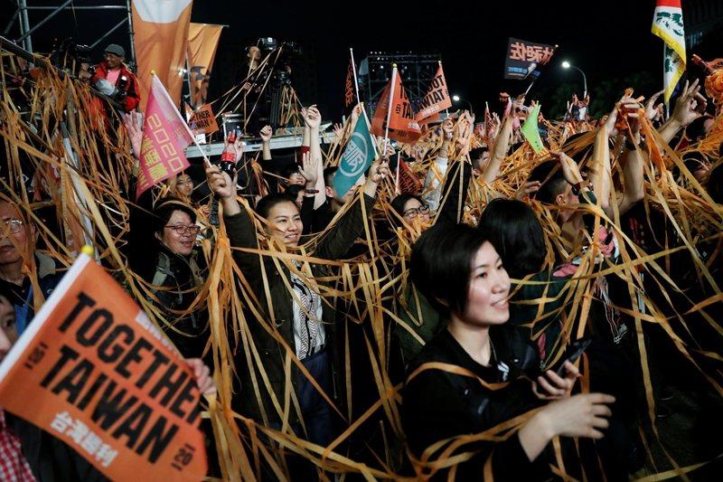 在民主與威權兩大陣營的對抗態勢之時,身在中國對外擴張影響力第一線的台灣無法置身事外。 圖/路透社
