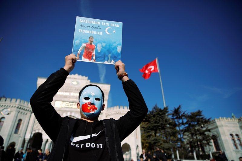 現在美國政策界有共識:中國問題很嚴重。圖為維吾爾人參與反中遊行,攝於伊斯坦堡。 ...