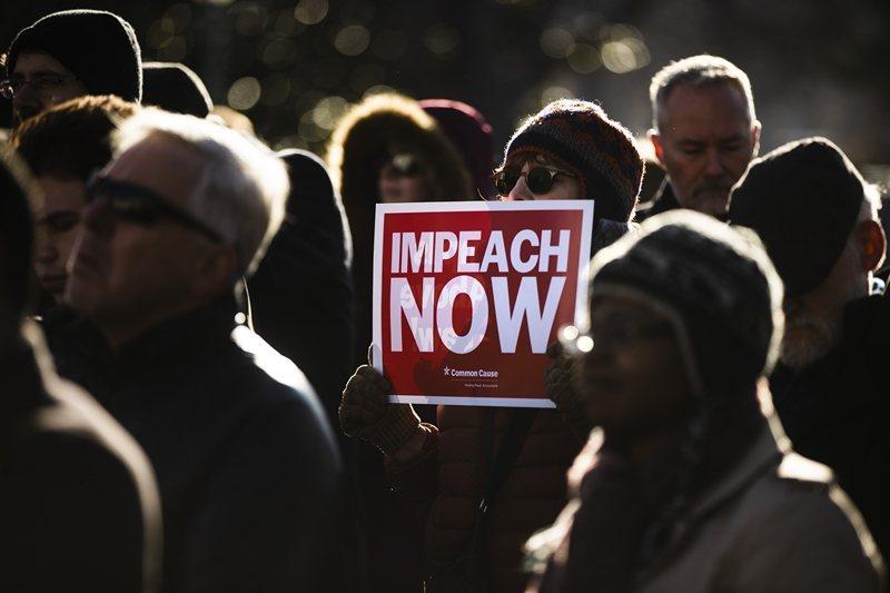 12月18日,川普被彈劾案正式在眾議院通過。圖為民眾支持彈劾川普。 圖/美聯社