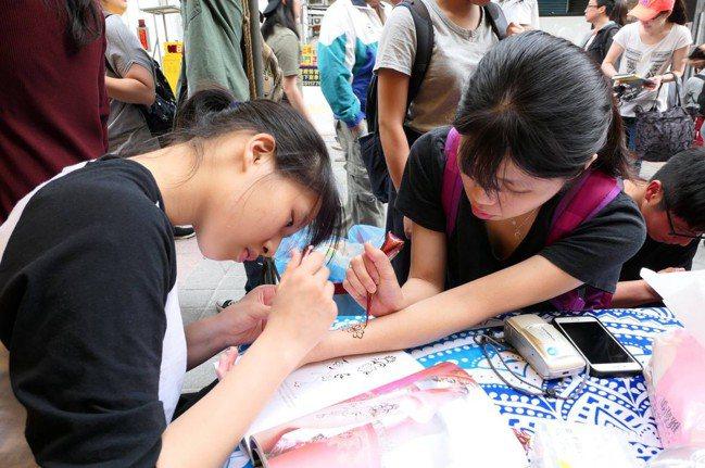 培根市集中的人體彩繪攤位。 圖/培根市集提供