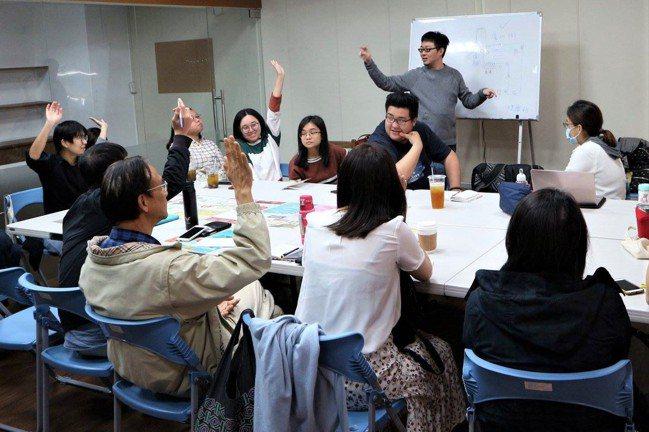 參與組織定期開會,彼此交流之餘,也可以穩固彼此的信任感。 圖/培根市集提供
