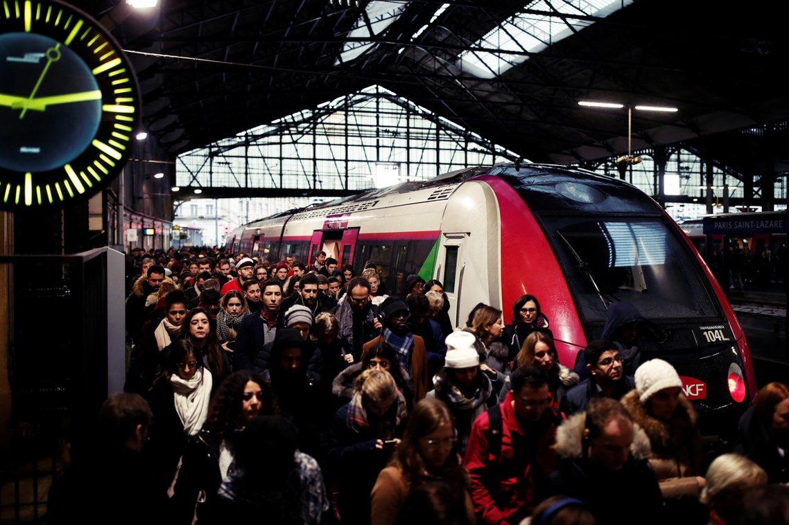圖為法國耶誕返鄉人潮。已持續19天的「2019法國反退休金改革大抗爭」,目前確定...