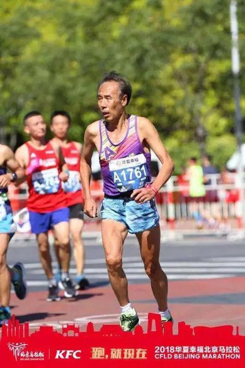 68歲的張民毅參加2018年的北京馬拉松,跑出分組第一,用時3小時13分。 圖/...
