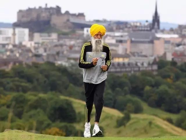 2011年英國百歲老人華嘉辛格在多倫多完成馬拉松賽,成為馬拉松賽的第一名百歲老人...