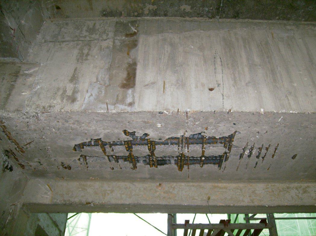 RC建築物,混凝土澆置時搗實不良,產生蜂窩,鋼筋無法發揮應有的拉力。圖/戴雲發提...