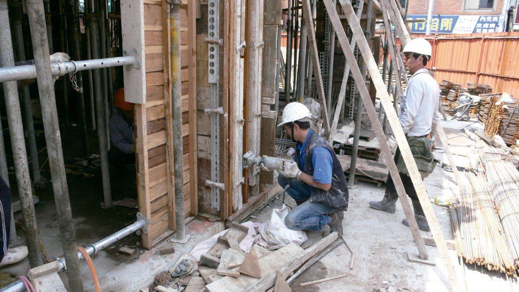 柱牆模外部配置外模震動,以輔助混凝土搗實作業。圖/戴雲發提供