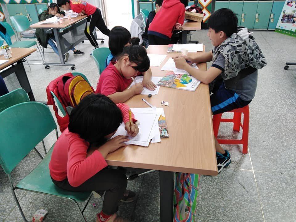 邦文老師與孩子共同進行作文創作
