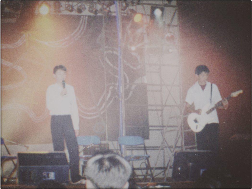 15歲的吳青峰(左)。圖/KKBOX提供