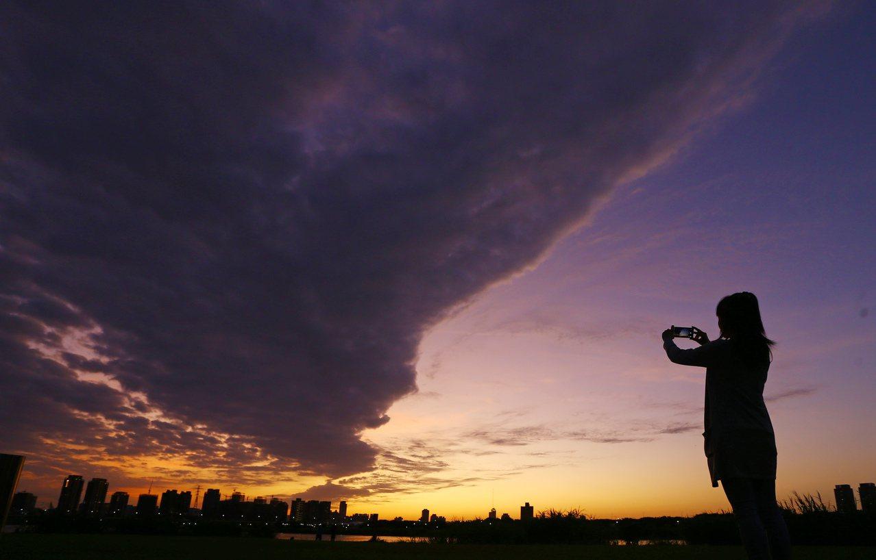氣象局說,周四下半天後北台灣氣溫將快速下降,有從夏天再度回到冬天的感覺。本報資料...