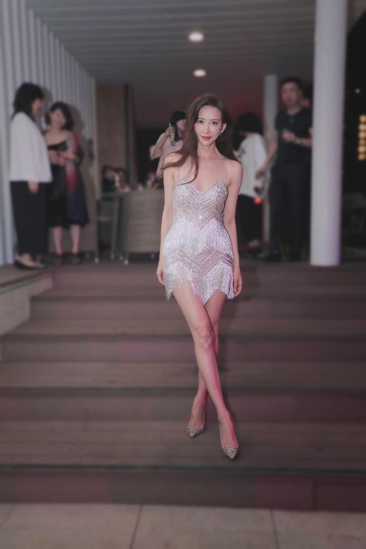 林志玲身穿Nicole + Felicia 2020秋冬流蘇小洋裝。圖/Nico...