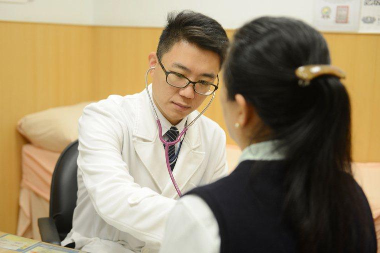 鍾政錦表示,隨著生活形態與空氣品質改變,肺癌好發族群也不再僅是菸癮者及具肺癌家族...