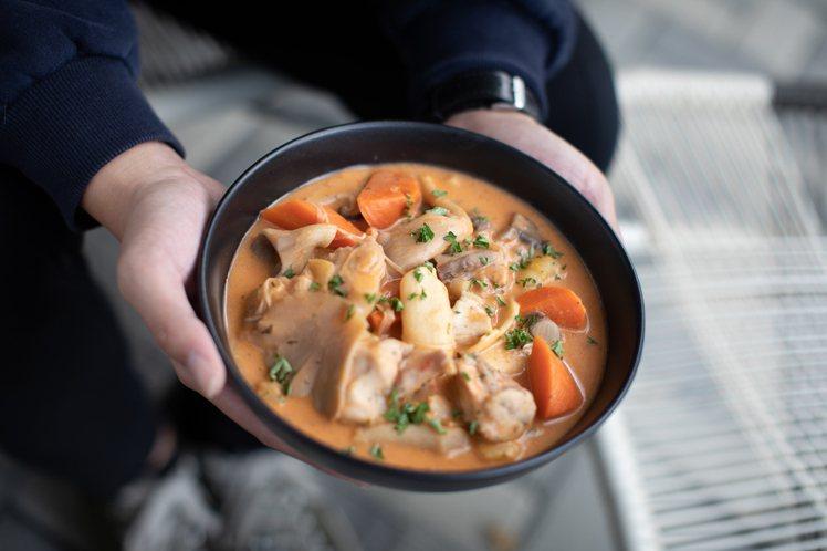 小火熬煮的雞肉蘑菇燉湯。圖/中保無限家提供