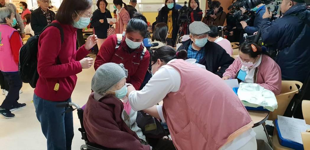 今年公費流感疫苗延遲開打又缺貨,入冬後北市更傳出有不少學校班級因流感停課;北市衛...
